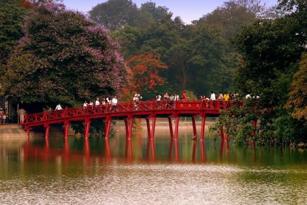 Hasil gambar untuk Hoan Kiem Lake 600 x 400